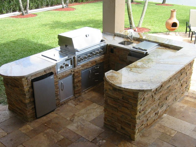 Quali sono le caratteristiche che devono possedere le for Outdoor kitchen designs small spaces