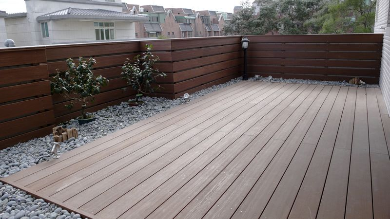 Quale pavimentazione scegliere per il bordo piscina for Garden decking options